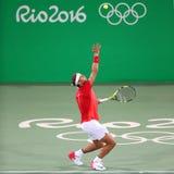 Olympische kampioen Rafael Nadal van Spanje in actie tijdens mensen` s dubbelen om 3 van Rio 2016 Olympische Spelen stock foto's