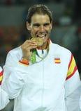 Olympische kampioen Rafael Nadal van Spanje tijdens medailleceremonie na overwinning bij de dubbelendef. van mensen Stock Afbeeldingen