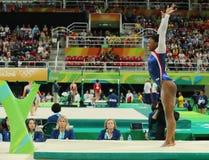 Olympische kampioen Simone Biles van Verenigde Staten die op de evenwichtsbalk bij de globale gymnastiek van vrouwen in Rio 2016  Stock Foto