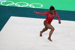 Olympische kampioen Simone Biles van Verenigde Staten tijdens een artistieke de oefenings opleidingssessie van de gymnastiekvloer stock afbeelding
