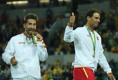 Olympische kampioenen Mark Lopez en Rafael Nadal van Spanje tijdens medailleceremonie na overwinning bij de dubbelendef. van mens Royalty-vrije Stock Afbeelding