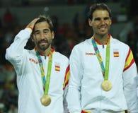 Olympische kampioenen Mark Lopez en Rafael Nadal van Spanje tijdens medailleceremonie na overwinning bij de dubbelendef. van mens Stock Fotografie