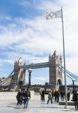 Olympische Markierungsfahne mit Kontrollturm-Brücke Lizenzfreie Stockbilder