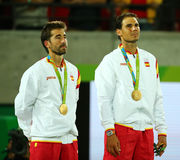Olympische Meister Mark Lopez und Rafael Nadal von Spanien während der Medaillenzeremonie nach Sieg an den Herrendoppeln abschlie Stockfotografie