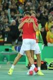 Olympische Meister Rafael Nadal und Mark Lopez von Spanien feiern Sieg am Herrendoppelschluß des Rios 2016 Olympics Stockbild