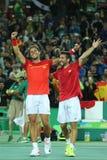 Olympische Meister Rafael Nadal und Mark Lopez von Spanien feiern Sieg am Herrendoppelschluß des Rios 2016 Olympics Lizenzfreies Stockfoto