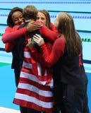 Olympische Meisterteam USA-Frauen ` s 4 100m Gemischstaffel feiern Sieg im Rio 2016 Olympische Spiele Lizenzfreies Stockbild