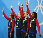 Olympische Meisterteam USA-Frauen ` s 4 100m Gemischstaffel feiern Sieg im Rio 2016 Olympische Spiele Stockfotos