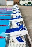 Olympische Pool-Startblöcke Stockfotos
