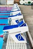 Olympische Pool-Startblöcke Stockfoto