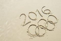 Olympische Ring-Mitteilung 2016 gezeichnet in Sand Lizenzfreie Stockfotos