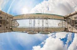 Olympische Ringe auf der Kontrollturm-Brücke Lizenzfreies Stockfoto