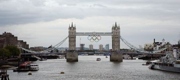 Olympische Ringe auf Kontrollturm-Brücke Stockfoto