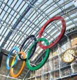 Olympische Ringe in London-Str. Pancras Stockfotos