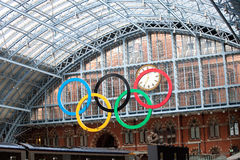 Olympische Ringe Schienen-Station an der Str.-Pancras Lizenzfreie Stockfotografie