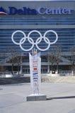 Olympische ringen aan kant van Deltacentrum tijdens 2002 de Winterolympics, Salt Lake City, UT Royalty-vrije Stock Foto's