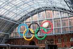 Olympische ringen bij St Pancras de Post van het Spoor Royalty-vrije Stock Fotografie
