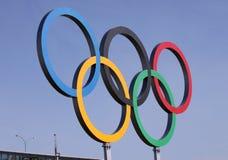 Olympische ringen over blauwe hemel Stock Foto's