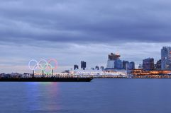 Olympische ringen in Vancouver haven Stock Fotografie