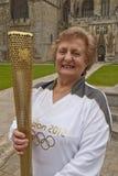 Olympische Torchbearers Yvonne Budd Lizenzfreies Stockfoto