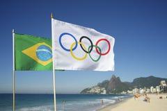 Olympische und brasilianische Flaggen, die Rio de Janeiro Brazil fliegen Stockfotografie