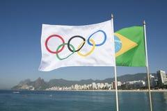 Olympische und brasilianische Flaggen, die Rio de Janeiro Brazil fliegen Lizenzfreies Stockbild