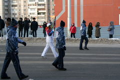 Olympische vlam. De stad van Oefa, respublika Bashkortostan, Rusland, 20 december, het jaar van 2013. Stock Foto