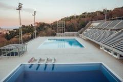 Olympische zwembaden in Barcelona bij zonsondergang royalty-vrije stock afbeelding