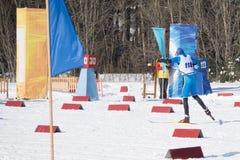Olympischer Athlet vom Team am Ende beim Massenanfang im Winter des Kilometers 15 Kilometer Skiathlon der Männer 15 lizenzfreies stockfoto