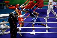 Olympischer Boxer landet einen Locher Lizenzfreie Stockfotografie