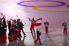 Olympischer Meister Anna Veith, welche die Flagge von Österreich die österreichische Olympiamannschaft beim PyeongChang führend 2 Stockfotografie
