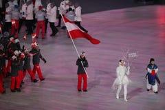 Olympischer Meister Anna Veith, welche die Flagge von Österreich die österreichische Olympiamannschaft beim PyeongChang führend 2 Lizenzfreie Stockfotografie