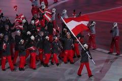 Olympischer Meister Anna Veith, welche die Flagge von Österreich die österreichische Olympiamannschaft beim PyeongChang führend 2 Stockbild