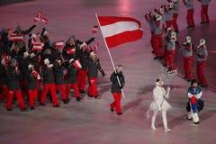 Olympischer Meister Anna Veith, welche die Flagge von Österreich die österreichische Olympiamannschaft beim PyeongChang führend 2 Lizenzfreie Stockfotos