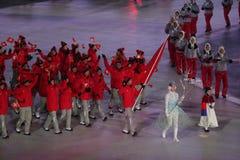 Olympischer Meister Dario Cologna, der die Flagge von der Schweiz die Schweizer Olympiamannschaft an den 2018 Winter Olympics füh Lizenzfreie Stockfotos