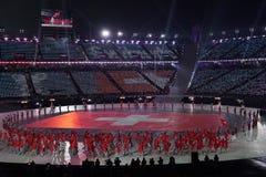 Olympischer Meister Dario Cologna, der die Flagge von der Schweiz die Schweizer Olympiamannschaft an den 2018 Winter Olympics füh Lizenzfreie Stockfotografie