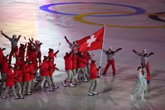 Olympischer Meister Dario Cologna, der die Flagge von der Schweiz die Schweizer Olympiamannschaft an den 2018 Winter Olympics füh Lizenzfreie Stockbilder