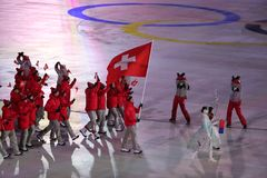 Olympischer Meister Dario Cologna, der die Flagge von der Schweiz die Schweizer Olympiamannschaft an den 2018 Winter Olympics füh Stockfoto