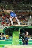 Olympischer Meister Simone Biles von konkurrierenden Vereinigten Staaten eine Wölbung an Frauen ` s vielseitiger Gymnastik in Rio lizenzfreies stockbild