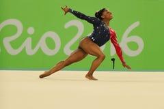 Olympischer Meister Simone Biles von USA konkurriert in der Bodenübung während der vielseitigen Gymnastikqualifikation der Frauen stockfoto