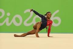 Olympischer Meister Simone Biles von USA konkurriert in der Bodenübung während der vielseitigen Gymnastikqualifikation der Frauen stockfotografie