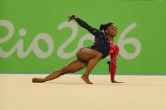 Olympischer Meister Simone Biles von USA konkurriert in der Bodenübung während der vielseitigen Gymnastikqualifikation der Frauen lizenzfreie stockfotografie