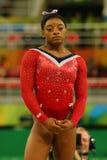 Olympischer Meister Simone Biles von Vereinigten Staaten vor abschließendem Wettbewerb auf der Schwebebalken-Frauen ` s künstleri stockfotografie