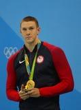 Olympischer Meisterschwimmer Ryan Murphy von Vereinigten Staaten während der Medaillenzeremonie nach Männer ` s 100m Rückenschwim Lizenzfreie Stockfotos
