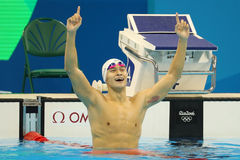 Olympischer Meisterschwimmer Yang Sun von China feiert Sieg nach Männer ` s 200m Freistilschluß des Rios 2016 Olympics Stockfotografie