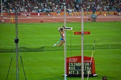 Olympischer Pol Vaulter löscht Stab und gewinnt Gold Stockbild