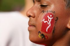 Olympischer Tagesläuferteilnehmer mit Gesichtsanstrich stockbild