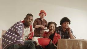 Olympisches Sportfreundfreund-Uhr Fernsehen und feiern stock footage