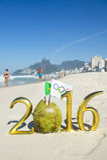 Olympisk flagga i det guld- meddelandet 2016 för kokosnöt Arkivfoton