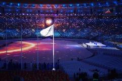 Olympisk flagga och OSkittel royaltyfria foton